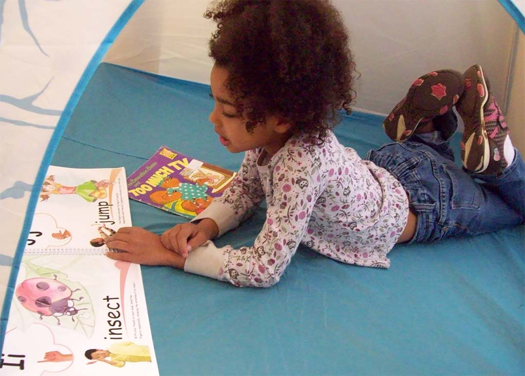 children learn sign language